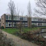 Buitenaanzicht van de voormalige VO-school in Boskoop
